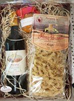 Kleine Gourmetbox mit Rotwein, Nudeln und Pesto
